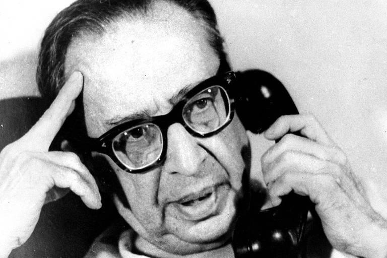 O poeta Manuel Bandeira fala ao telefone