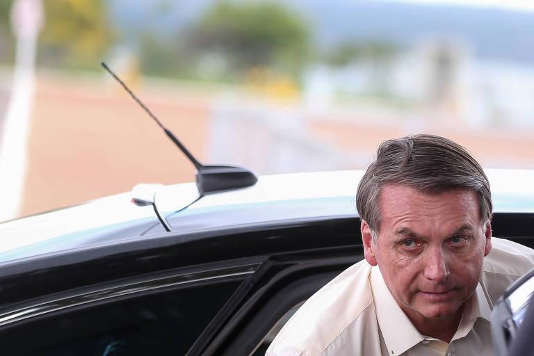 O presidente Bolsonaro desembarca de veículo na entrada do Palácio da Alvorada
