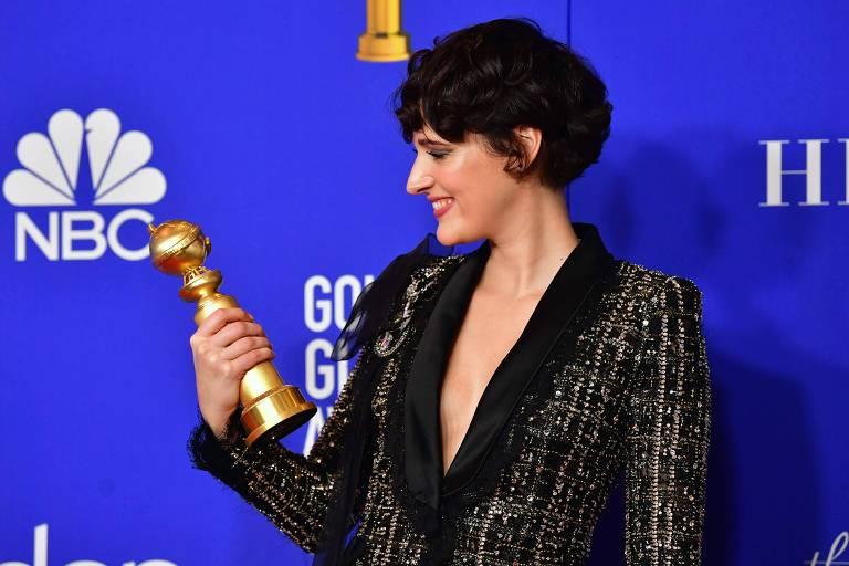 A atriz britânica Phoebe Waller-Bridge posa com o prêmio de 'melhor atriz de série de comédia ou musical' durante a 77º edição do Globo de Ouro.