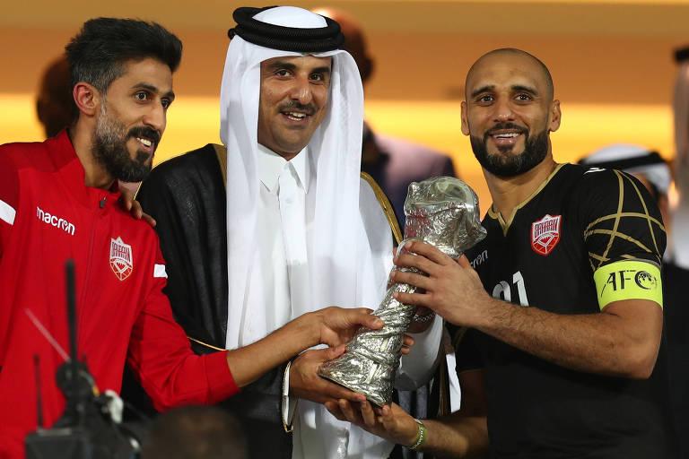 O xeque Al Thani, emir do Qatar, cumprimenta o jogador Sayed Mohammed Jaafar, da seleção do Bahrein, após partida da Copa do Golfo