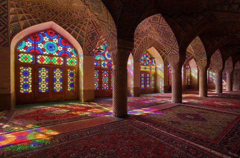 """Construída no século 19, a Mesquita Nasir-ol-Molk, em Shiraz, é conhecida como """"mesquita rosa"""", por causa da cor dos ladrilhos de seu interior, e famosa por seus enormes vitrais, que formam um caleidoscópio de cores"""