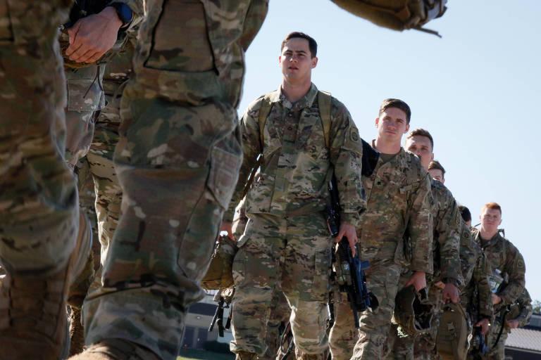 Militares americanos embarcam na Carolina do Norte