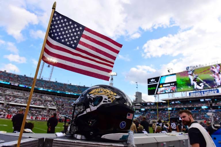 Futebol americano ostenta patriotismo e causa controvérsia nos EUA