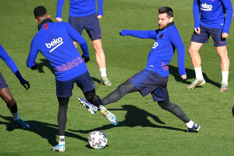 O argentino Lionel Messi participa do treino do Barcelona