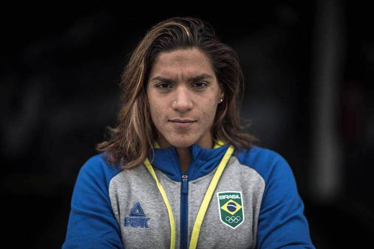 Ana Marcela Cunha com olhar sério para a câmera