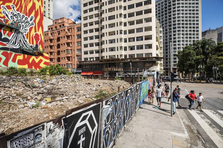 Terreno onde até maio de 2018 existia o Wilton Paes de Almeida, edifício que pegou fogo e desabou no centro de SP; entulho continua no local