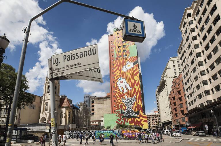 Mural feito pelos artistas do grupo Os Tupys em edifício ao lado de onde ficava o Wilton Paes de Almeida, prédio que desabou em 2018, no centro de São Paulo