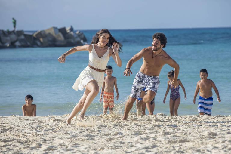 Juan ( José Condessa ) e Luna ( Juliana Paiva ) brincam na praia