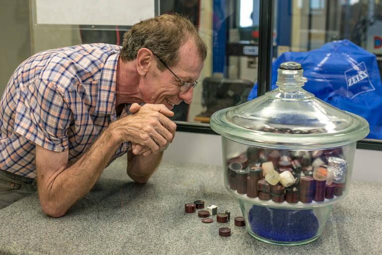 Ricardo Rodrigues observa amostras metálicas no laboratório de materiais do LNLS, em 2014. (Foto de Julio Fujikawa)