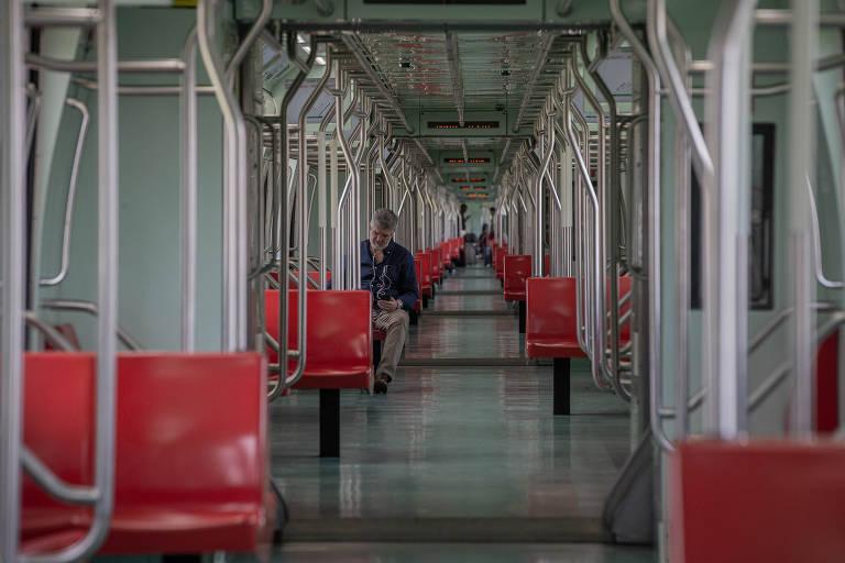 O economista Flavio França Junior, 56, viaja sozinho em vagão do Expresso Guarulhos