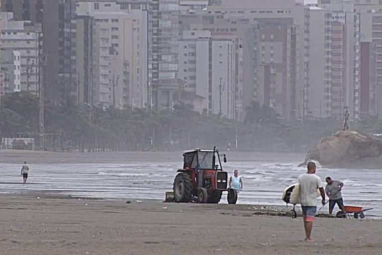 Trator de limpeza em São Vicente, no litoral sul de SP; banhista morreu atropelada no último dia 29