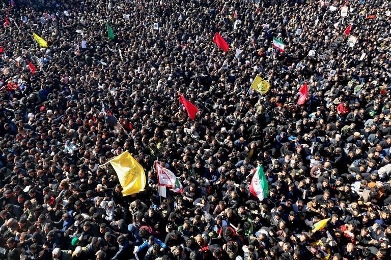 Iranianos participam do funeral do general Qassim Suleimani na cidade natal do comandante, Kerman