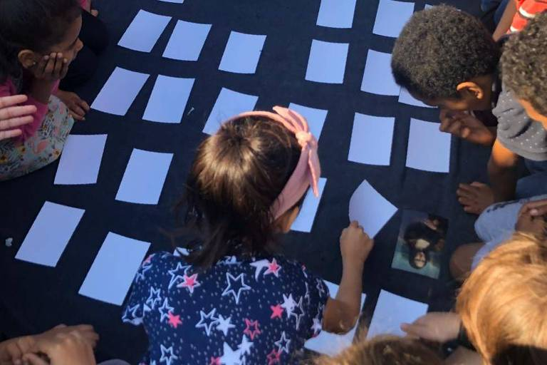 Alunos da Escola Municipal Leocádia Prestes, de Porto Alegre, brincam com jogo da memória em que estão retratados como pinturas famosas