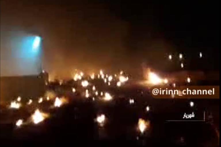 Imagem de TV mostra incêndio em destroços de avião que caiu em Teerã