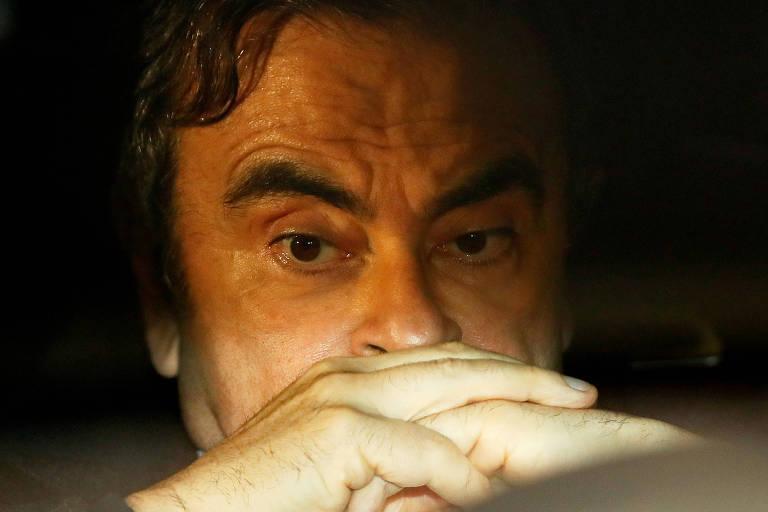 Retrato focado no rosto de Carlos Ghosn; o executivo está com as mãos cruzadas e com expressão de preocupação
