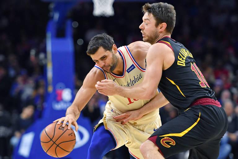 Raulzinho tenta passar pela marcação de Matthew Dellavedova, do Cleveland Cavaliers