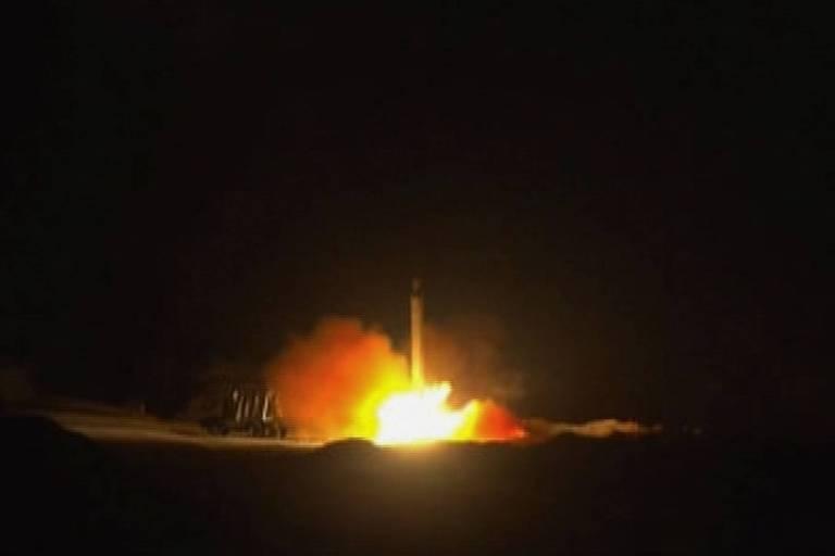 Foto distribuída por agência estatal do Irã mostra suposto míssil usado em ataque contra os EUA