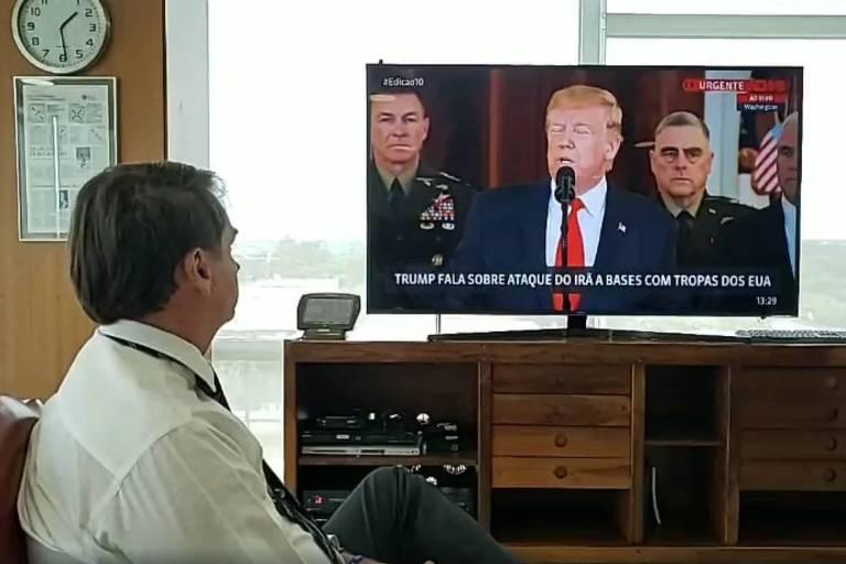 Jair Bolsonaro assiste ao discurso do presidente americano, Donald Trump, sobre os conflitos com o Irã, em live veiculada nesta quarta (8) no Facebook
