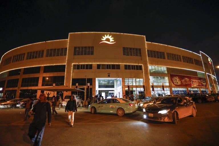 Movimentação em Asian Town, próximo ao shopping que concentra imigrantes nos arredores de Doha, no Qatar