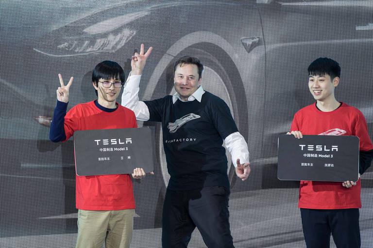 Elon Musk, presidente-executivo da Tesla, faz pose em cerimônia de entrega de carros na fábrica de Xangai