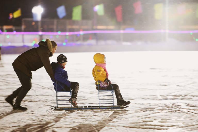 Crianças brincam em lago congelado na China; veja fotos de hoje