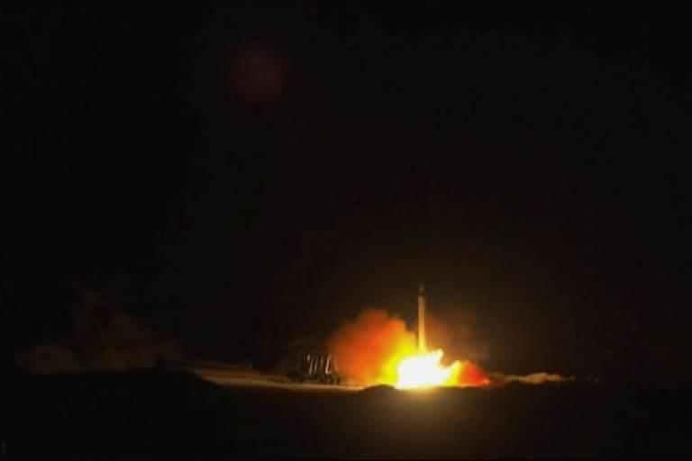 Imagem divulgada pelo governo do Irã mostra disparo de um dos mísseis usados no ataque às bases militares iraquianas