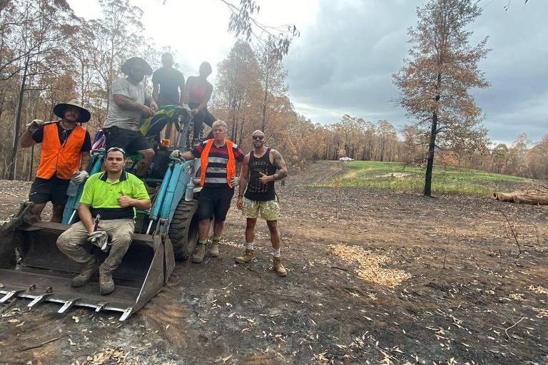 Grupo de voluntários viajam centenas de quilômetros para ajudar a reparar casas e fazendas atingidas pelo fogo na Austrália