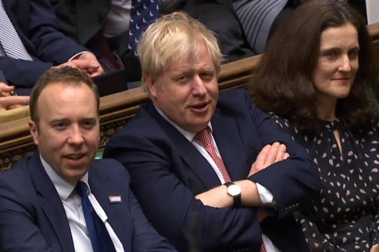 O primeiro-ministro Boris Johnson acompanha a proclamação do resultado ao lado de aliados no Parlamento britânico