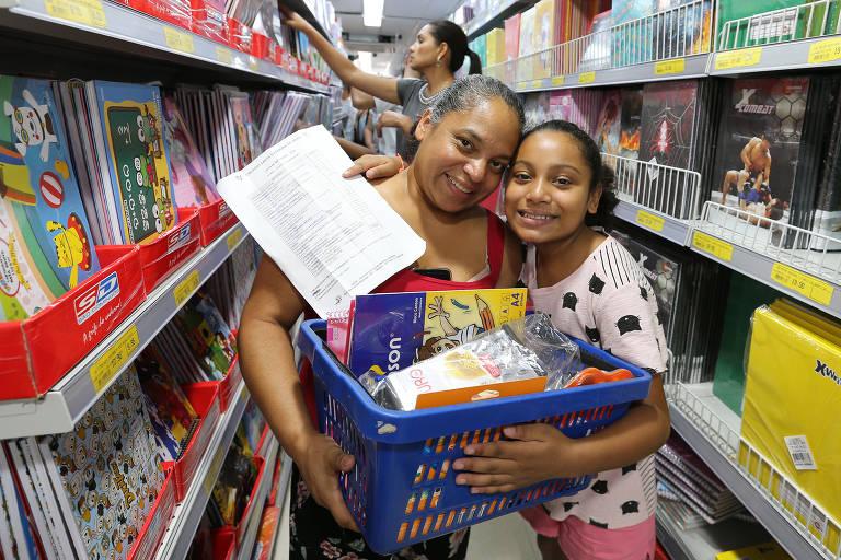 Clientes lotam loja da 25 de Março à procura de material escolar