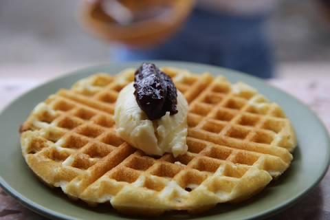 Waffle doce do menu da lanchonete Hey Daisy vem com buttercream