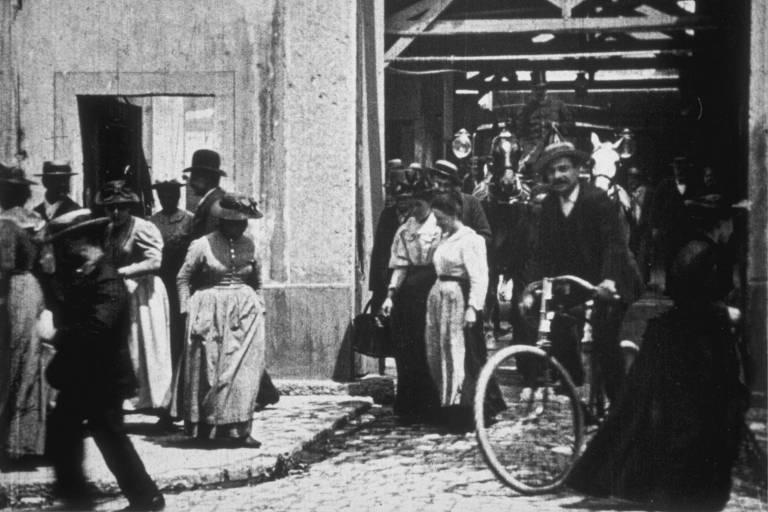 Cena de 'A Saída dos Operários da Fábrica Lumière'