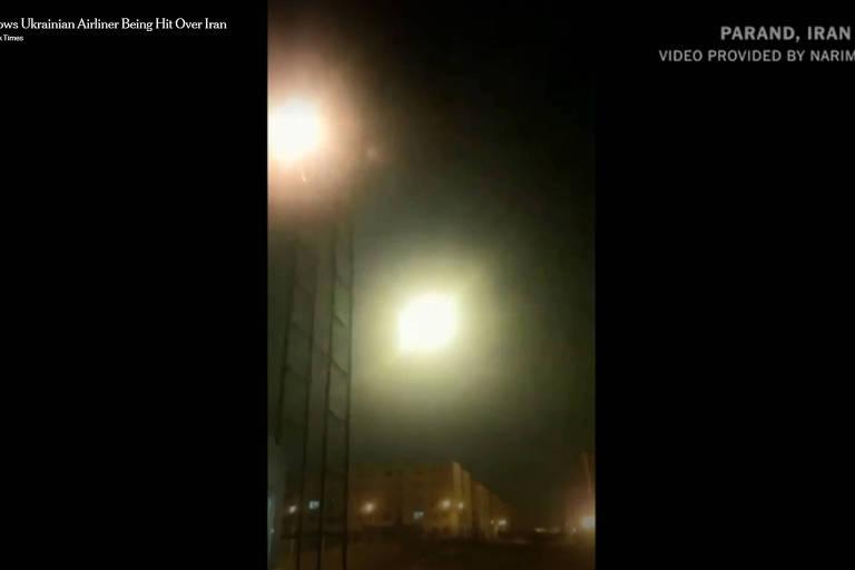 Vídeo divulgado pelo New York Times mostra um avião ucraniano sendo atingido
