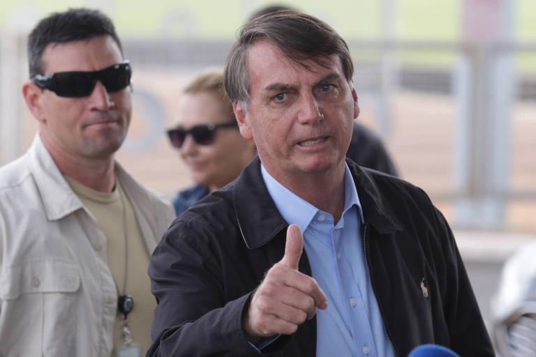 O presidente Bolsonaro na saída do Palácio do Alvorada ao embarcar com a filha Laura, 9, para Guarujá (SP)