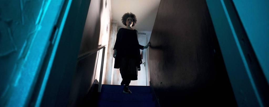 Mulher desce as escadas