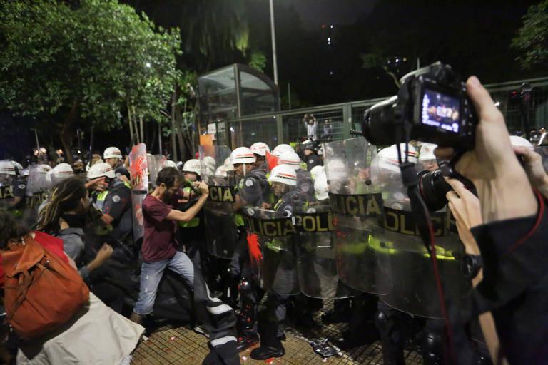 Manifestantes e a polícia militar entram em confronto, durante o segundo protesto do ano organizado pelo MPL (Movimento Passe Livre) contra o aumento na tarifa do transporte público em São Paulo