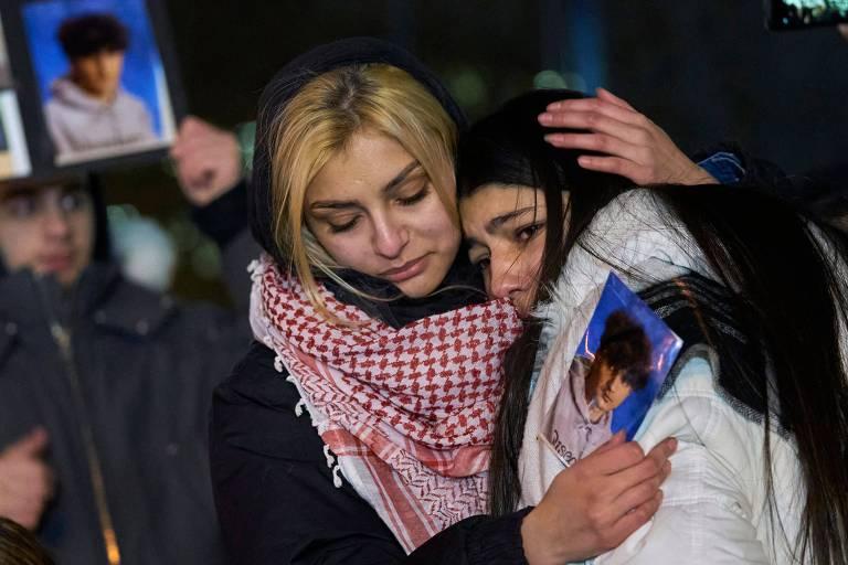 Mulheres se abraçam durante vigília em Toronto em homenagem às vítimas do acidente com o voo da Ukrainian Airlines, que caiu no Irã