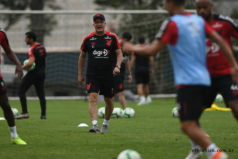 Dorival Júnior tem observado jogos dos adversários do Athletico na Libertadores