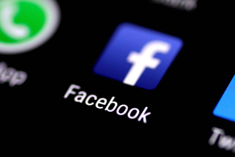 Logo do Facebook em tela de celular; empresas anunciou novas regras para sua plataforma