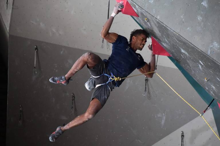 Na categoria Boulder, cada atleta encara uma parede com quatro rotas diferentes e tem um tempo limite para tentar chegar ao máximo de topos que conseguir