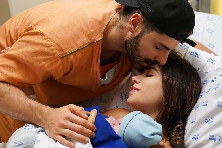 DJ Alok com a mulher, Romana Novais, e o filho, Ravi