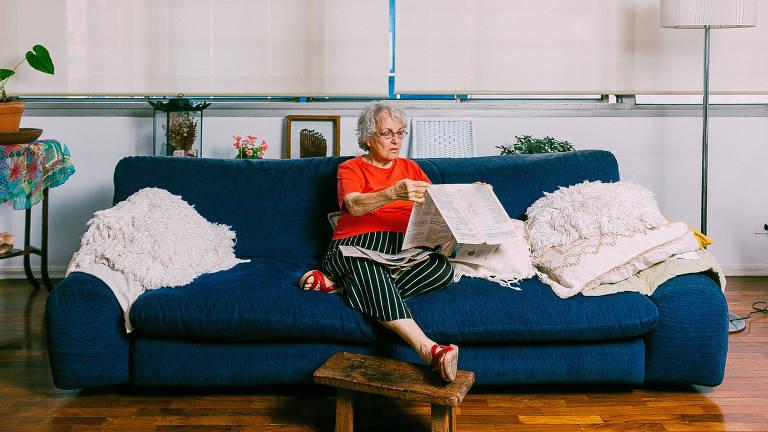 vilma arêas lê jornal no sofá