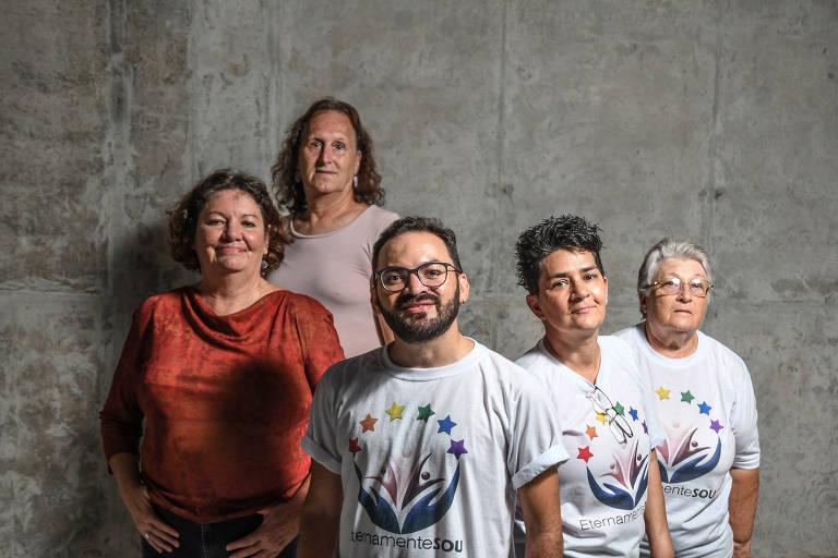 Rogério Pedro (centro) com Maria Tereza Cebalus Aguilar, 62, Ana Beatriz Ruppelt dos Santos, 64, Márcia Barros, 53, e Ângela Fontes, 67, atendidas pela ONG EternamenteSOU