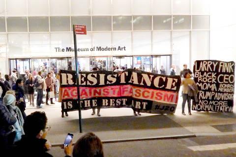 Grupo protesta em frente ao MoMA, em 17 de fevereiro de 2017, pedindo a saída do bilionário Larry Fink do conselho do museu; na faixa, lê-se