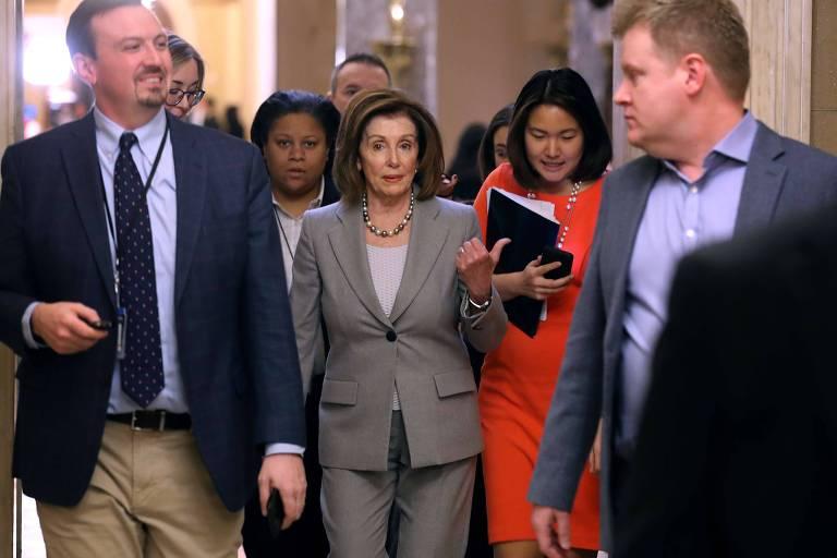 A presidente da Câmara, Nancy Pelosi, caminha em direção a seu escritório no Capitólio nesta sexta (10)