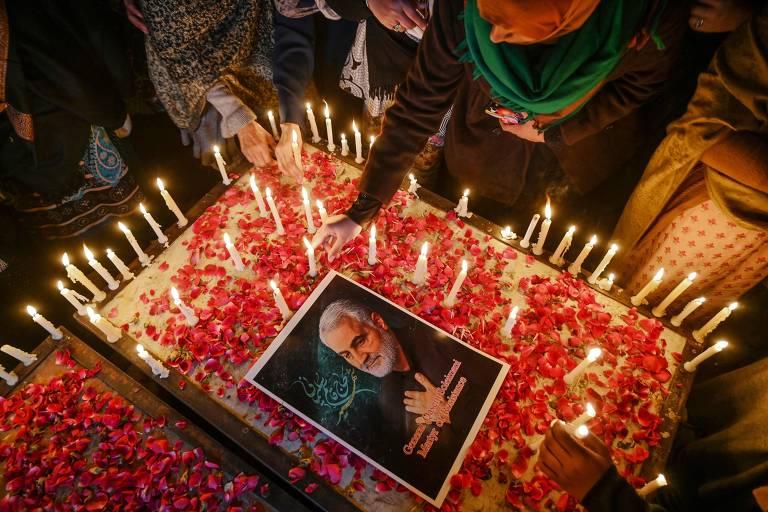 Muçulmanos xiitas acendem velas em homenagem a Qassim Suleimani em Islamabad