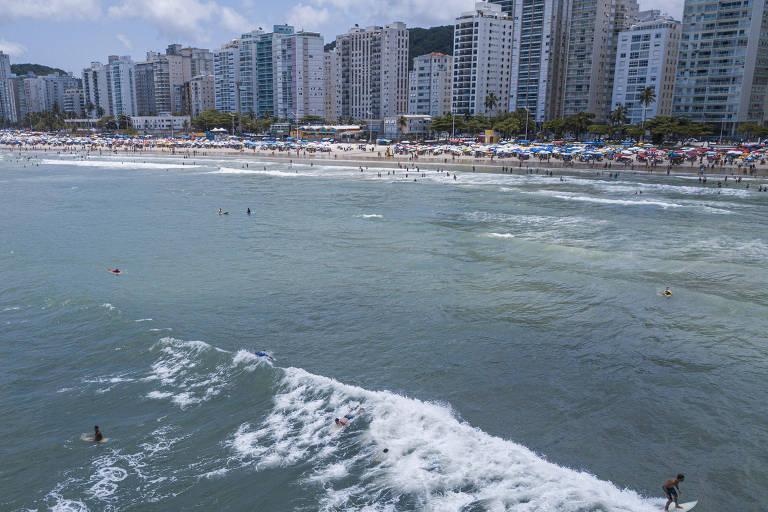 Praia das Pitangueiras, no Guarujá, em frente à avenida onde queda ocorreu
