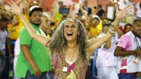 RIO DE JANEIRO, RJ, 13.02.2016: CARNAVAL 2016. Desfile das Campeãs. Desfile da Mangueira.Maria Bethânia desfilando no chão. (Foto: Marcelo deJesus/UOL).******EMBARGADO PARA USO EM INTERNET******* ATENCAO: PROIBIDO PUBLICAR SEM AUTORIZACAO DO UOL.