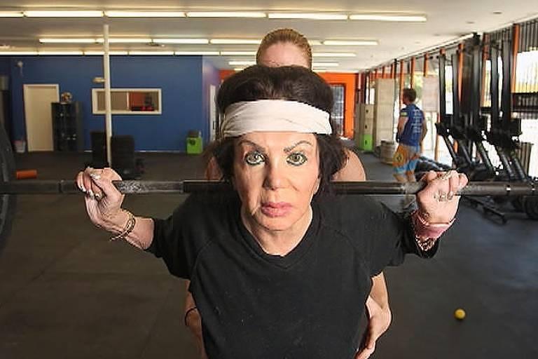 Mãe de Sylvester, Jackie Stallone posa fazendo exercícios