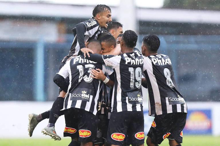 Santistas comemoraram classificação à segunda fase da Copa São Paulo, em que vão enfrentar a Ponte Preta