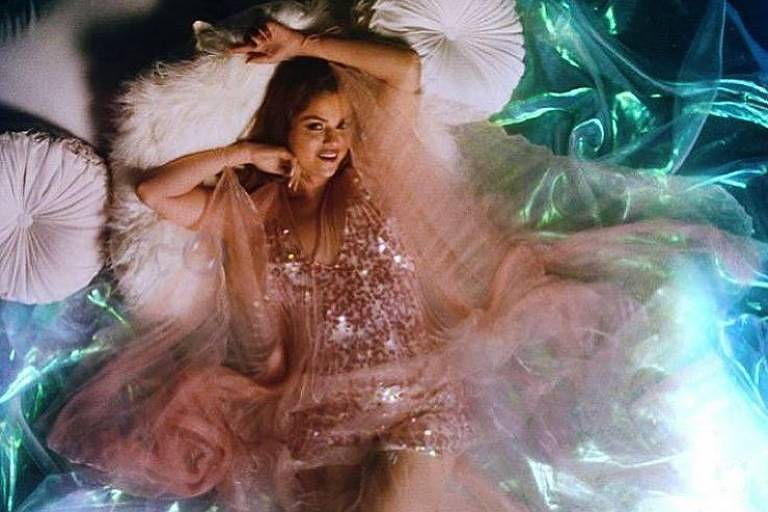Selena Gomez aparece com vestido de estilista brasileira em novo clipe de 'Rare'